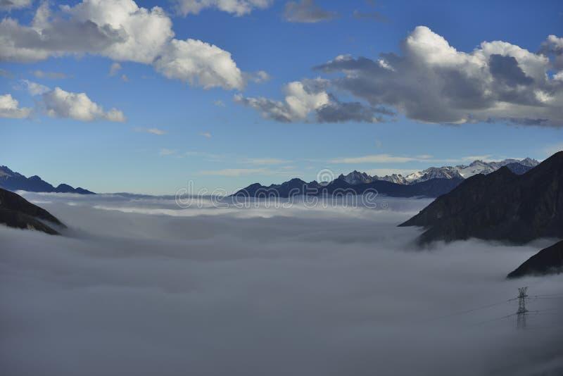 O mar da nuvem da montanha Zheduo fotos de stock royalty free
