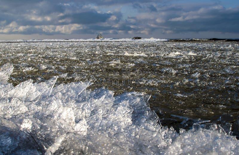 O mar do tempo de inverno está congelando-se acima e o gelo está empurrando completamente mais perto da linha da costa fotografia de stock royalty free