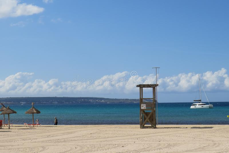 O mar e a areia de Sun sentam quieto olhando as ondas imagens de stock royalty free