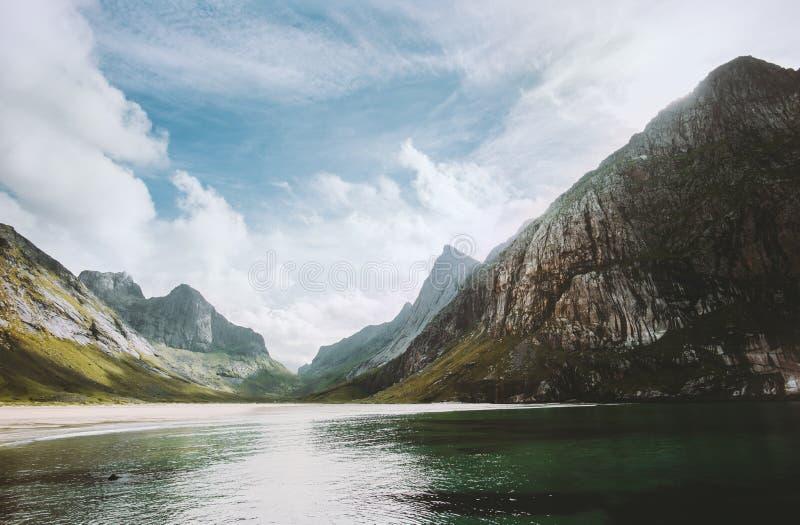 O mar e as montanhas da opinião da praia de Horseid das ilhas de Lofoten em Noruega ajardinam fotografia de stock royalty free
