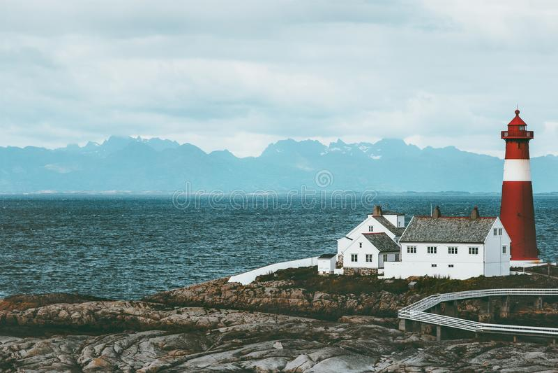 O mar e as montanhas da paisagem de Noruega do farol de Tranoy no fundo viajam foto de stock royalty free