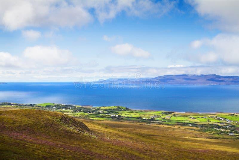 O mar e a montanha cênicos bonitos ajardinam com ilhas foto de stock royalty free