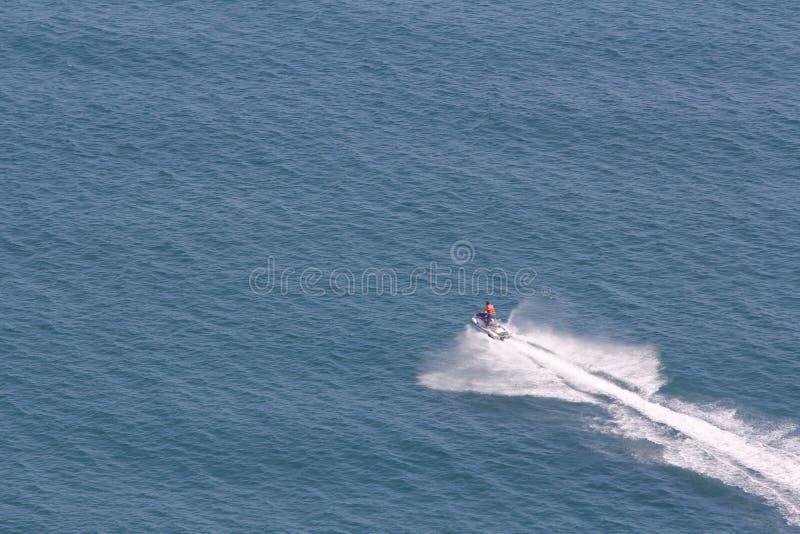 O mar e os nadadores fotos de stock