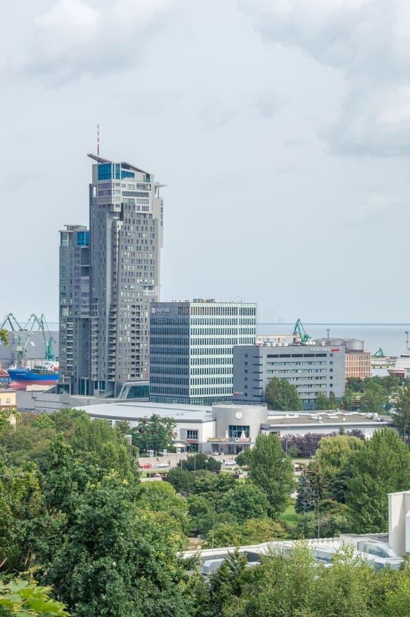 O mar eleva-se complexo do arranha-céus em Gdynia imagem de stock