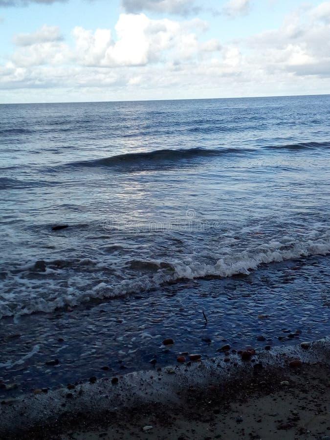 O mar o mais profundo o mistério do céu azul dos feriados do oceano fotografia de stock royalty free