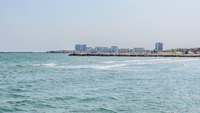 O Mar Negro, a frente marítima e o beira-mar com água azul e a areia do ouro, hotéis imagem de stock