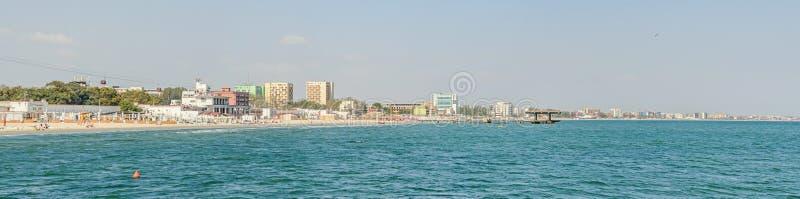 O Mar Negro, a frente marítima e o beira-mar com água azul e a areia do ouro, hotéis imagens de stock
