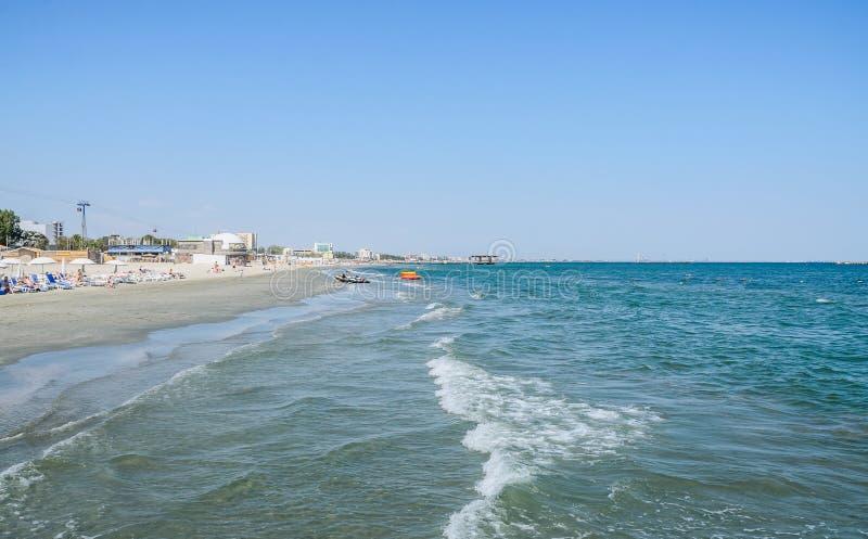 O Mar Negro, a frente marítima e o beira-mar com água azul e a areia do ouro, hotéis fotos de stock