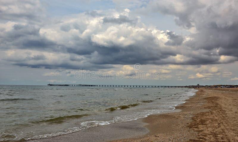 O mar nubla-se Pier Beach imagem de stock