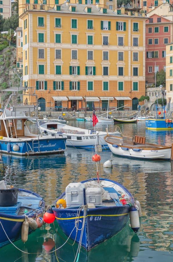 O mar, os barcos e as casas de Camogli, Liguria, Itália fotos de stock royalty free
