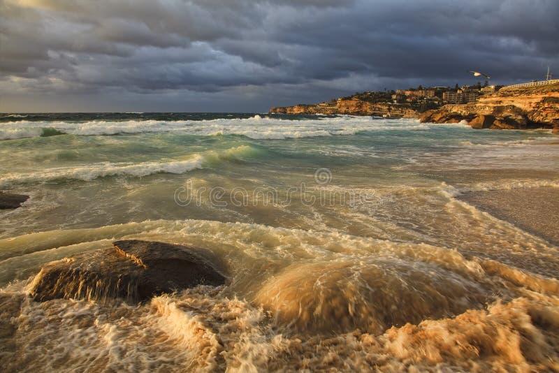 O mar Tamarama 2 acenou pedras foto de stock