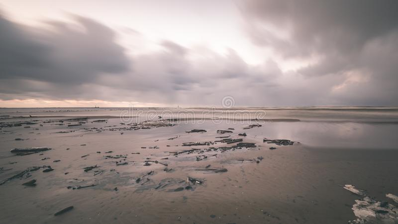 O mar tormentoso no inverno com branco acena o esmagamento exposição longa - foto de stock royalty free