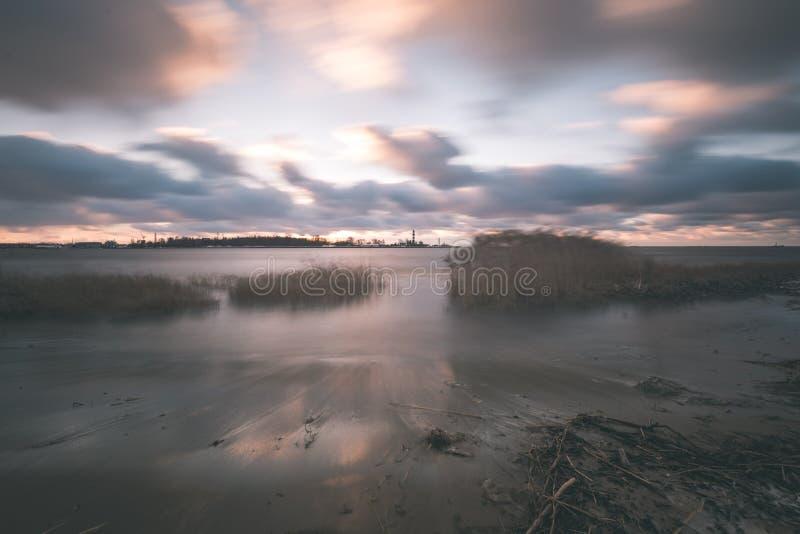 O mar tormentoso no inverno com branco acena o esmagamento exposição longa - foto de stock