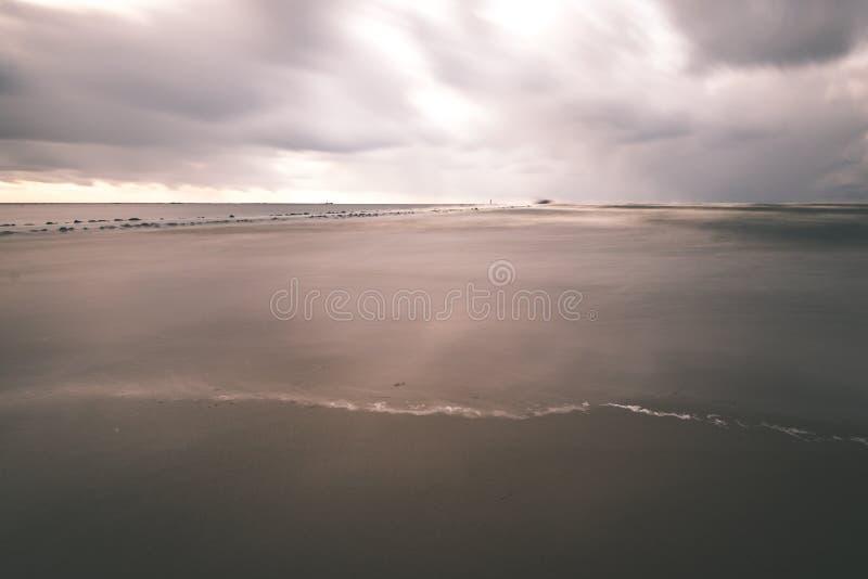O mar tormentoso no inverno com branco acena o esmagamento exposição longa - imagens de stock royalty free