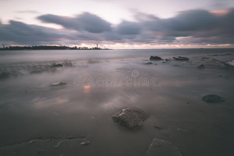 O mar tormentoso no inverno com branco acena o esmagamento exposição longa - fotos de stock