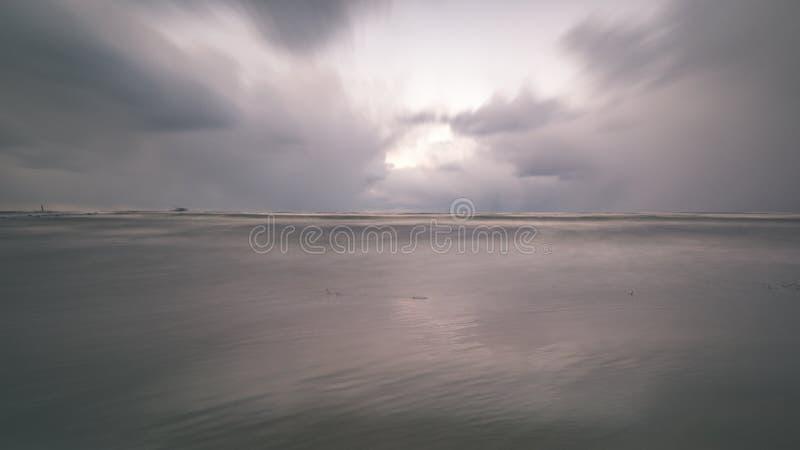 O mar tormentoso no inverno com branco acena o esmagamento exposição longa - fotografia de stock