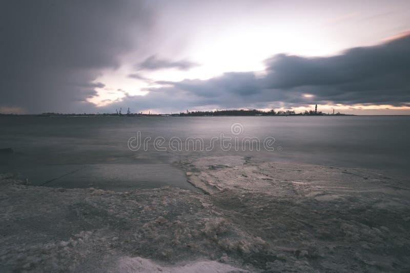 O mar tormentoso no inverno com branco acena o esmagamento exposição longa - fotos de stock royalty free