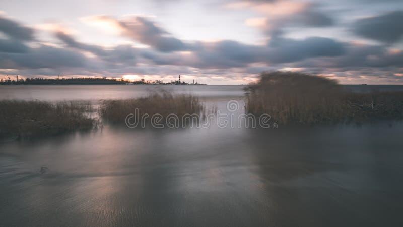 O mar tormentoso no inverno com branco acena o esmagamento exposição longa - fotografia de stock royalty free