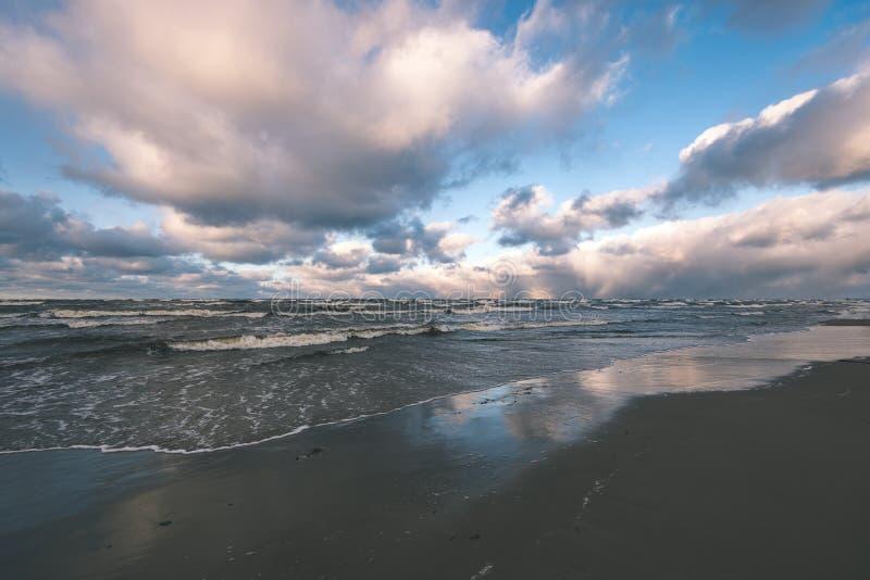 O mar tormentoso no inverno com branco acena o esmagamento - lo do filme do vintage fotos de stock royalty free