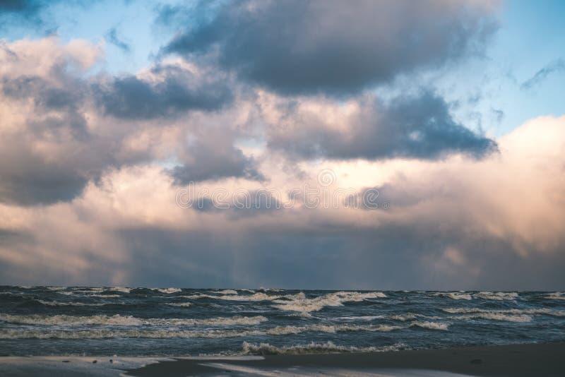 O mar tormentoso no inverno com branco acena o esmagamento - lo do filme do vintage foto de stock