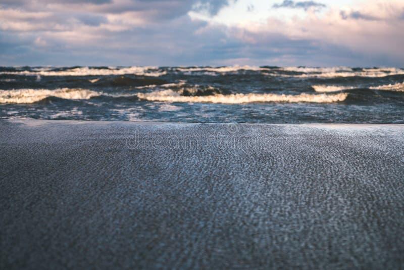 O mar tormentoso no inverno com branco acena o esmagamento - lo do filme do vintage fotografia de stock
