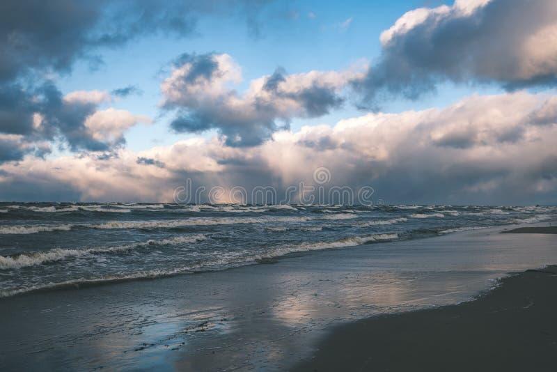 O mar tormentoso no inverno com branco acena o esmagamento - lo do filme do vintage fotografia de stock royalty free