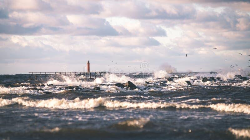 O mar tormentoso no inverno com branco acena o esmagamento - lo do filme do vintage imagens de stock