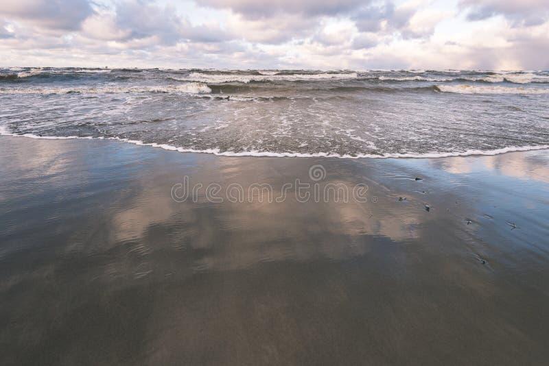 O mar tormentoso no inverno com branco acena o esmagamento - lo do filme do vintage fotos de stock