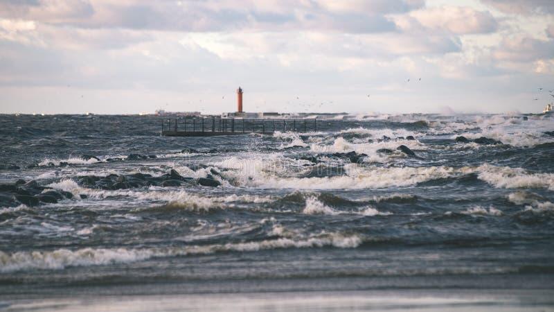 O mar tormentoso no inverno com branco acena o esmagamento - lo do filme do vintage imagens de stock royalty free