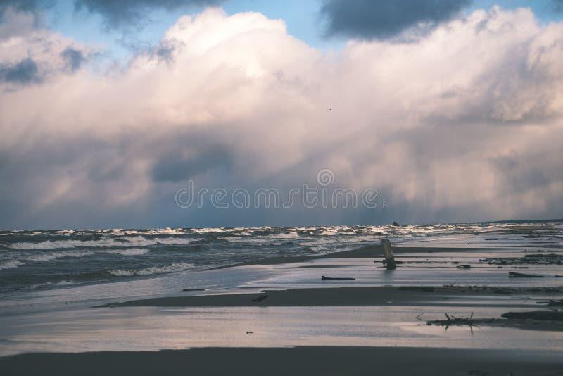 O mar tormentoso no inverno com branco acena o esmagamento - lo do filme do vintage foto de stock royalty free