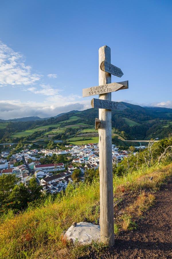 O marco em Nossa Senhora faz Monte Church sobre a água De Pau, Sao Miguel, Açores imagens de stock