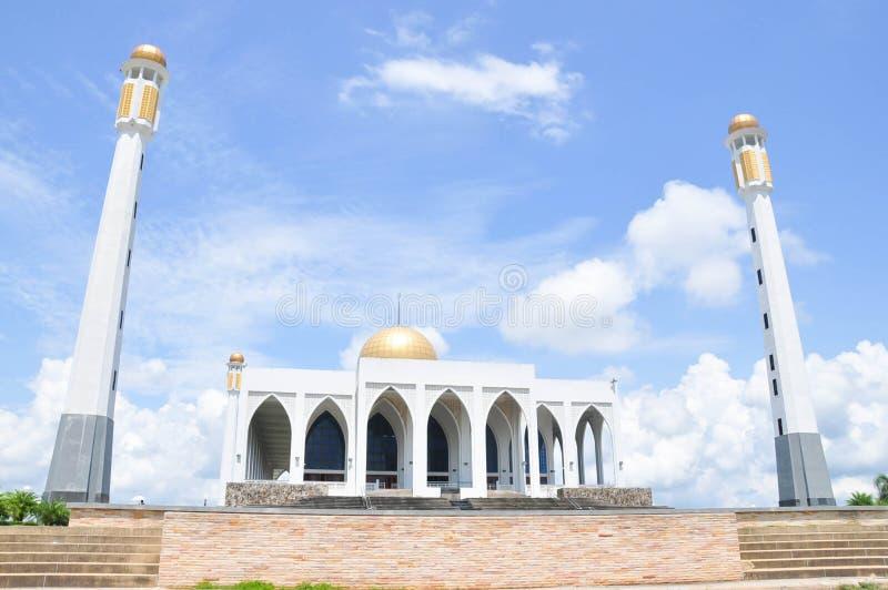O marco publica a mesquita central Songkhla, Thailan fotos de stock royalty free