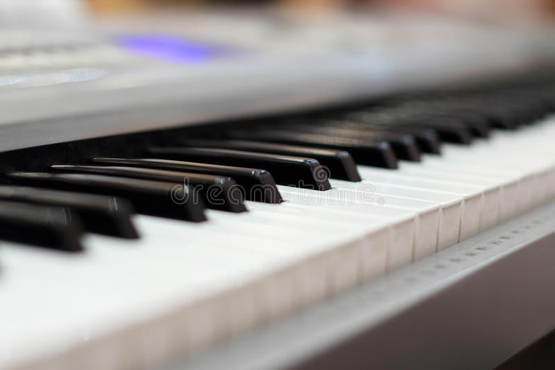 O marfim branco e as chaves pretas de um piano É um índice real da música da alma Chave preto e branco Soun do jogo fotos de stock royalty free