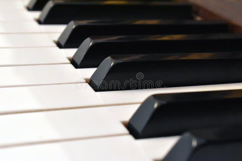 O marfim branco e as chaves pretas de um piano Detalhes de teclado de piano imagem de stock