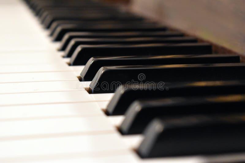 O marfim branco e as chaves pretas de um piano Detalhes de teclado de piano foto de stock