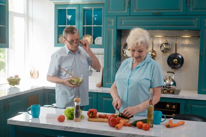 O marido ajuda a esposa fotos de stock