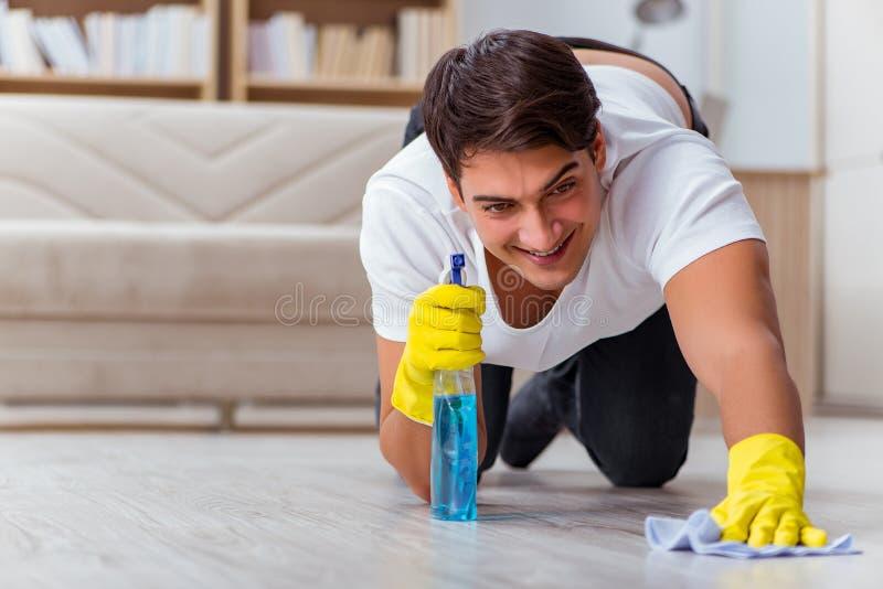 O marido do homem que limpa a esposa de ajuda da casa fotografia de stock royalty free