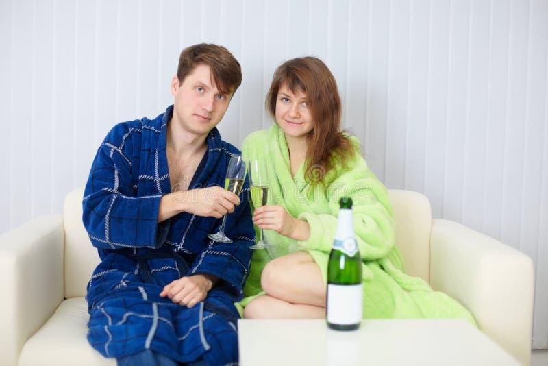 O marido e a esposa um o feriado com champanhe wine imagem de stock