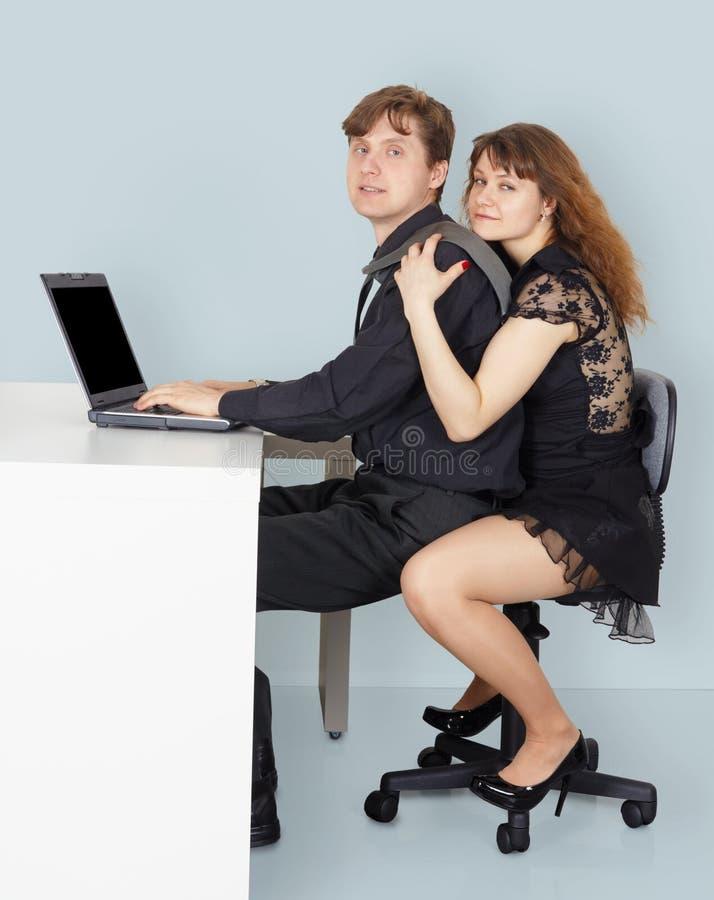 O marido e a esposa vão surfar o Internet foto de stock royalty free