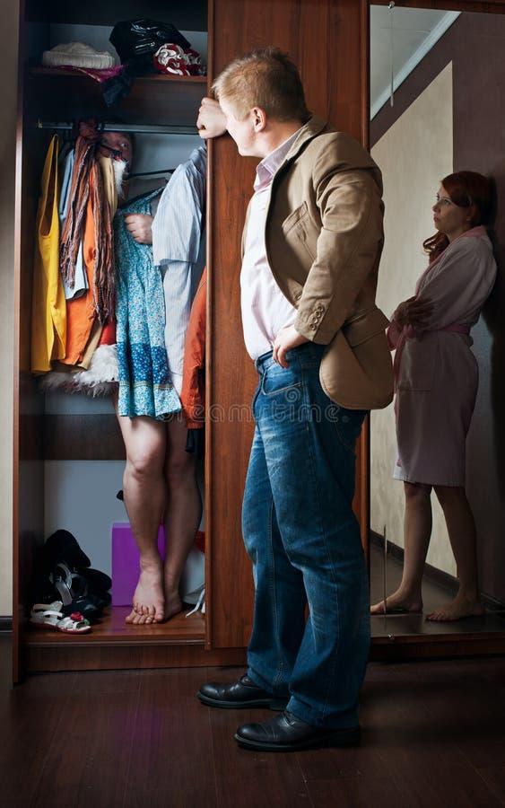 O marido encontrou o amante do armário imagem de stock