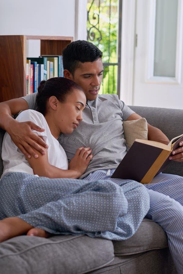 O marido leu o sono da esposa fotos de stock