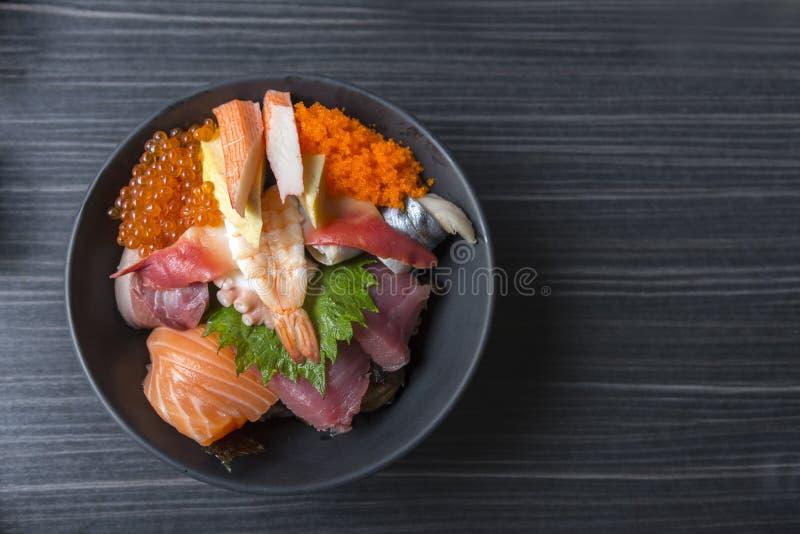 O marisco cru fresco superior misturou a bacia de arroz & o x28; Japonês de Kaisen-don/ fotos de stock