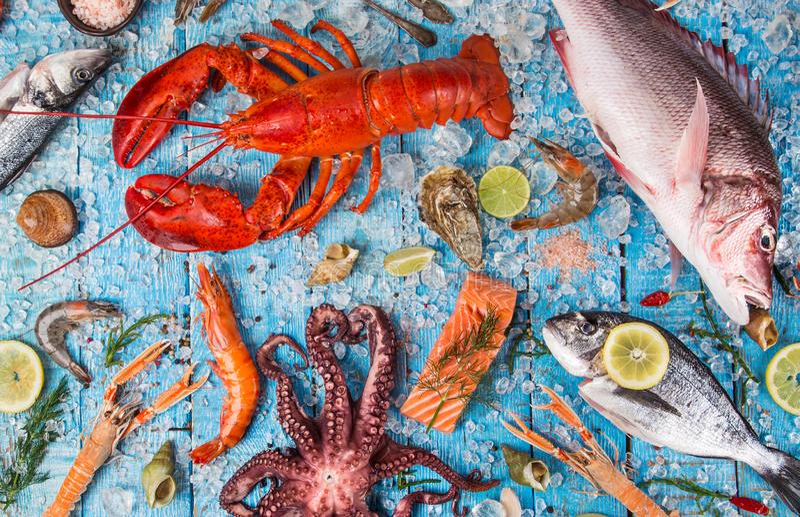 O marisco saboroso fresco serviu na tabela de madeira velha fotos de stock royalty free