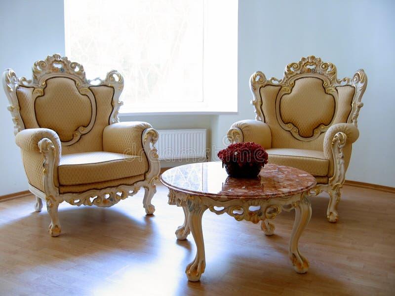 o marmurowy stolik numer dwa krzesła obraz royalty free
