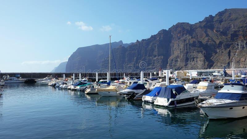 O marnina do iate em Los Gigantes, Santiago del Teide, Tenerife, Ilhas Canárias, Espanha foto de stock