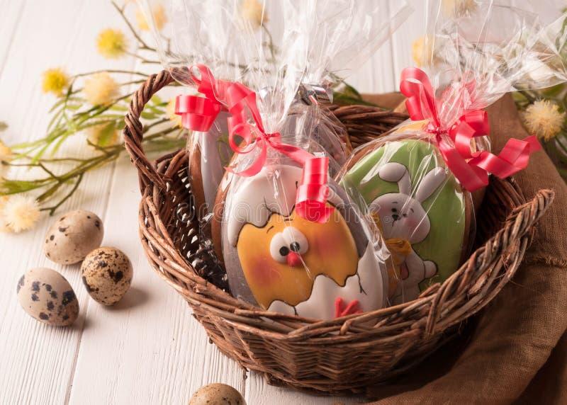 O marrom da Páscoa envolveu cookies em uma cesta de vime marrom imagens de stock