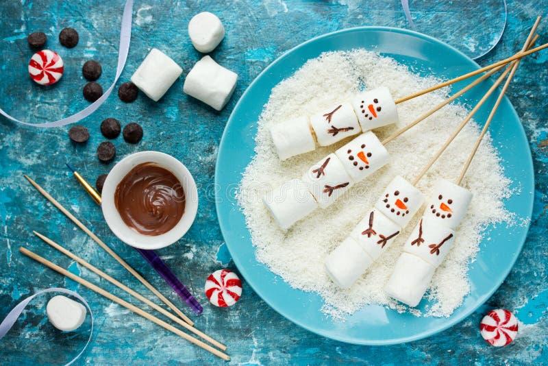 Download O Marshmallow Do Boneco De Neve Estala A Ideia Da Arte Do Alimento Do Natal Foto de Stock - Imagem de feriado, conceito: 80100244