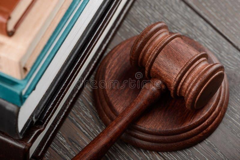 O martelo do juiz na tabela de madeira imagem de stock