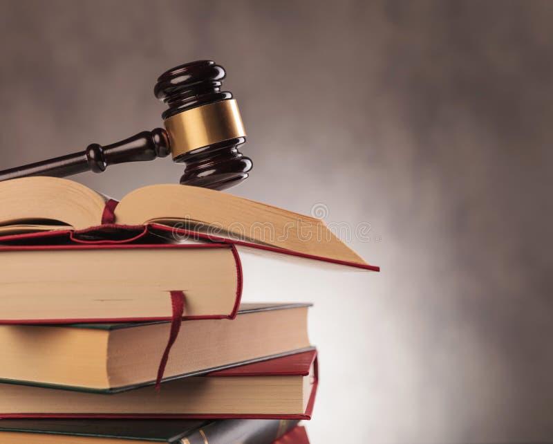 O martelo do juiz sobre livros com copyspace fotos de stock