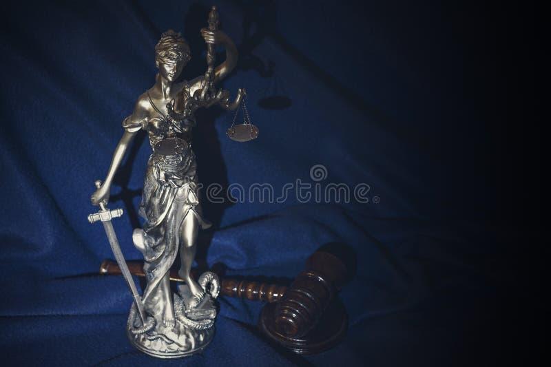 O martelo do ` s do juiz e a justi?a em uma obscuridade - fundo azul fotografia de stock royalty free